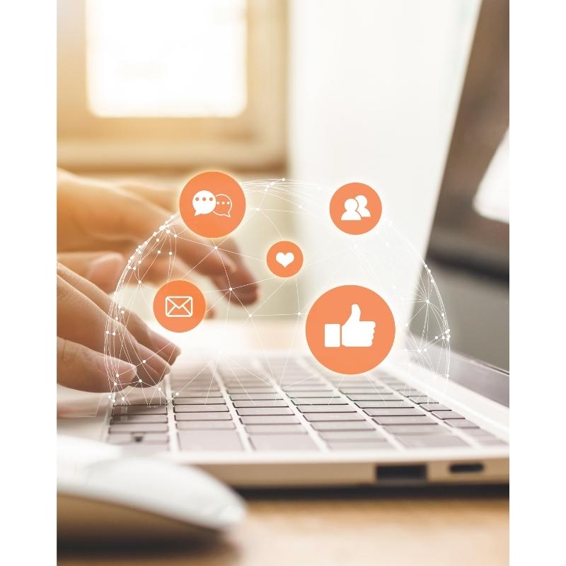 Diverse ikoner på en genomskinlig glob av prickar som är länkade med varandra på en laptops tangentbord